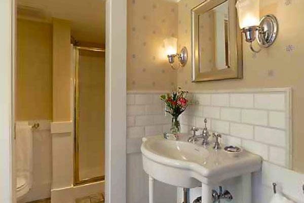 Guest Bathroom Ideas With Pleasant Atmosphere: Cape Cod Lodging: Guest Rooms